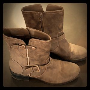 Ann Klein Ankle Boots in Gray